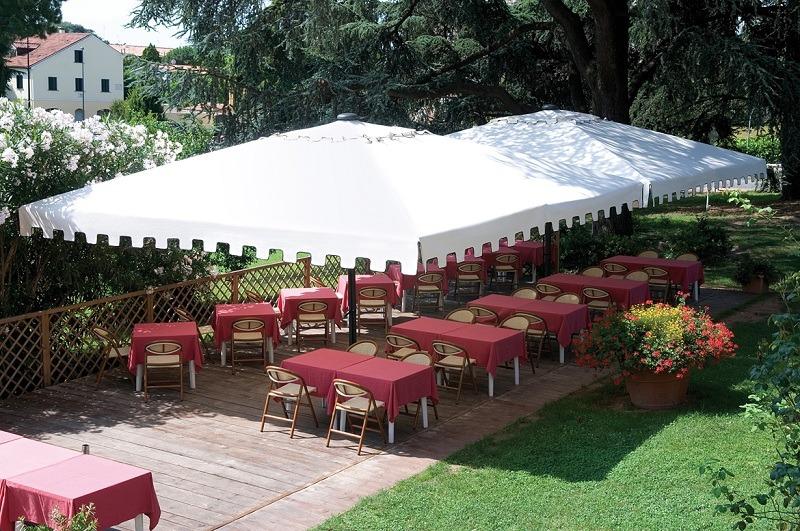 Ombrelloni giganti coperture per esterni giardini bar for Arredi esterni per bar e ristoranti
